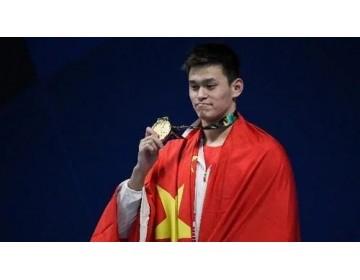 持续发酵的颁奖服事件:孙杨穿了安踏就是不让你看见